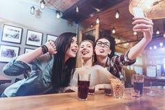 Gentils amis positifs prenant une photo Photos libres de droits