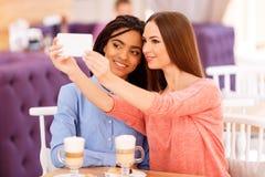 Gentils amis tenant le téléphone Images libres de droits