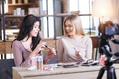 Gentils bloggers féminins de beauté partageant des secrets de maquillage image libre de droits