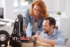Gentils concepteurs professionnels examinant l'imprimante 3d Images libres de droits