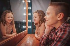 Gentils enfants garçon et fille près de miroir Photographie stock libre de droits