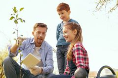 Gentils enfants heureux écoutant leur père Images stock