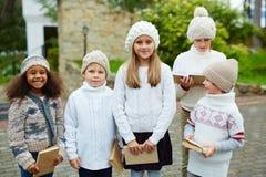 Gentils enfants posant avec des livres Image stock