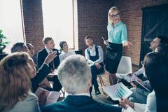 Gentils experts sérieux occupés attirants élégants élégants écoutant le financier de directeur exécutif d'économiste d'entreprise photo stock