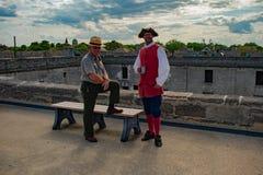 Gentils gardes forestiers et soldat espagnol du XVIIème siècle dans la côte historique de la Floride photos stock