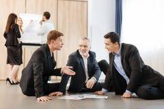Gentils hommes d'affaires positifs ayant une conversation Photo stock