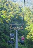 GENTING-HOCHLÄNDER, MALAYSIA - 21. DEZEMBER: Touristen reisen auf Drahtseilbahn von Genting Skyway Es ist eine Gondelbahn, die Go lizenzfreies stockbild