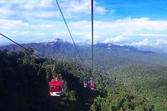 GENTING-HOCHLÄNDER, MALAYSIA - 21. DEZEMBER: Touristen reisen auf Drahtseilbahn von Genting Skyway Es ist eine Gondelbahn, die Go lizenzfreie stockfotografie