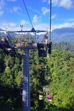 GENTING-HOCHLÄNDER, MALAYSIA - 21. DEZEMBER: Touristen reisen auf Drahtseilbahn von Genting Skyway Es ist eine Gondelbahn, die Go lizenzfreie stockfotos