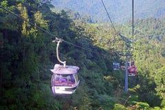 GENTING-HOCHLÄNDER, MALAYSIA - 21. DEZEMBER: Touristen reisen auf Drahtseilbahn von Genting Skyway Es ist eine Gondelbahn, die Go lizenzfreies stockfoto