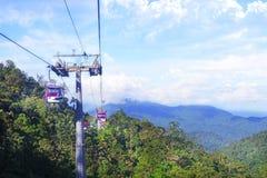 GENTING-HOCHLÄNDER, MALAYSIA - 21. DEZEMBER: Touristen reisen auf Drahtseilbahn von Genting Skyway Es ist eine Gondelbahn, die Go lizenzfreie stockbilder