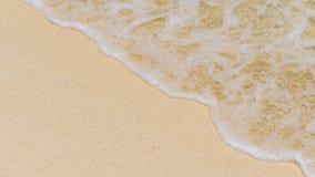Gentle волна при пена свертывая к песчаному пляжу Стоковое фото RF
