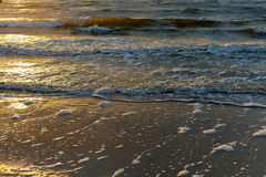 Gentle волны Балтийского моря на заходе солнца Стоковое Фото