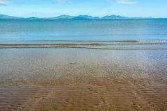 Gentle волны на песчаном пляже Anglesey и горах Snowdonia - 1 Стоковое фото RF