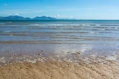 Gentle волны на песчаном пляже Anglesey и гор Snowdonia - 4 Стоковые Изображения RF