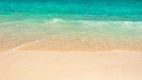 Gentle волна на песчаном пляже Стоковые Фотографии RF