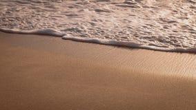 Gentle волна свертывая над Sandbeach в свете захода солнца, красивом кристаллическом заливе, Nusa Penida Бали Стоковое фото RF