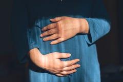 Gentle любящая беременная женщина с руками на ее животе Стоковая Фотография RF