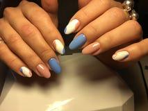 gentle маникюр в сини и пинке Стоковая Фотография RF