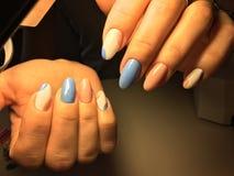 gentle маникюр в сини и пинке Стоковые Фотографии RF