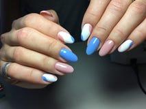 gentle маникюр в сини и пинке Стоковое Фото