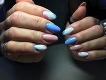 gentle маникюр в сини и пинке Стоковые Фото