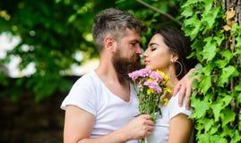 gentle поцелуй Битник человека бородатый обнимает шикарную подругу Приятный романтичный поцелуй Природный парк даты влюбленности  Стоковые Изображения RF