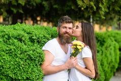 gentle поцелуй Нежный романтичный начинать чувств отношения Битник человека бородатый обнимает шикарную подругу Любовь Стоковая Фотография