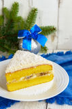 Gentle торт губки с сметанообразным слоем банана, взбрызните кокос на верхней части Стоковые Фотографии RF