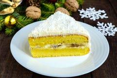 Gentle торт губки с сметанообразным слоем банана, взбрызните кокос на верхней части Стоковое фото RF