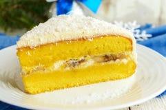 Gentle торт губки с сметанообразным слоем банана, взбрызните кокос на верхней части Стоковые Фото