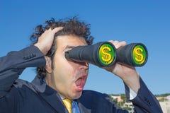 Gentlemän med kikare ser pengar och affär Royaltyfria Bilder