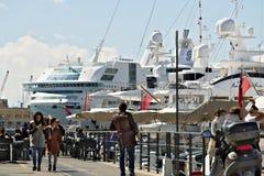 genua Alter Hafen mit Leuten und Schiff lizenzfreies stockbild