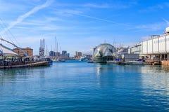 Genua härbärgerar med stadshorisonten och biosfären, det Ligurian havet royaltyfri bild