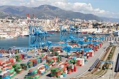GENUA, ITALIË - APRIL 10, 2016: Opgeheven mening van commerciële haven stock afbeelding