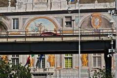 Genua, Itali? 04/05/2019 De opgeheven weg en op de achtergrond Palazzo San Giorgio stock afbeelding