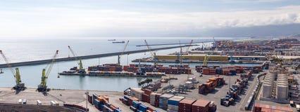 GENUA, ITALIEN - 10. APRIL 2016: Erhöhte Ansicht des Hafens Stockfotos