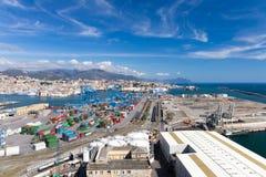 GENUA ITALIEN - APRIL 10, 2016: Högstämd sikt av kommersiell port Arkivfoto