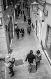 Genua, Italien - 21. April 2016: Italienische Passanten, die durch Enge waling sind Lizenzfreie Stockbilder