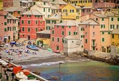 Genua, Italien - Badegäste auf dem kleinen Ufer des Boccadasse bellen Stockfoto