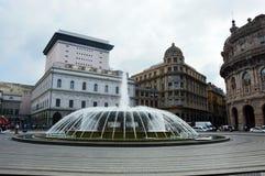 GENUA, ITALIEN - 15. JUNI 2017: Panoramablick von Quadrat De Ferrari in Genua, das Herz der Stadt mit dem zentralen Brunnen Lizenzfreie Stockfotografie
