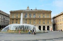 GENUA ITALIEN - JUNI 15, 2017: Springbrunnen i mitt av `-Piazza De Ferrari `, den huvudsakliga fyrkanten av Genua och slott av Re Arkivfoto