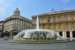 GENUA ITALIEN - JUNI 15, 2017: Springbrunnen i mitt av `-Piazza De Ferrari `, den huvudsakliga fyrkanten av Genua och slott av Re Royaltyfri Bild