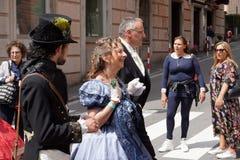 GENUA ITALIEN - MAJ 5 den 2018 - 19 århundrade klänningen ståtar för den Euroflora utställningen i det unika scenariot av Nervien Royaltyfri Bild