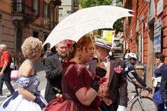 GENUA ITALIEN - MAJ 5 den 2018 - 19 århundrade klänningen ståtar för den Euroflora utställningen i det unika scenariot av Nervien Royaltyfri Fotografi