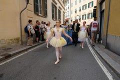 GENUA ITALIEN - MAJ 5 den 2018 - 19 århundrade klänningen ståtar för den Euroflora utställningen i det unika scenariot av Nervien Arkivfoton