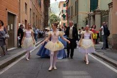 GENUA ITALIEN - MAJ 5 den 2018 - 19 århundrade klänningen ståtar för den Euroflora utställningen i det unika scenariot av Nervien Arkivbilder