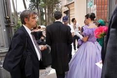 GENUA ITALIEN - MAJ 5 den 2018 - 19 århundrade klänningen ståtar för den Euroflora utställningen i det unika scenariot av Nervien Royaltyfri Foto