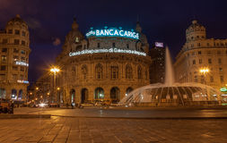 Genua Italien - mars 26: Skymningfotoet av Piazza De Ferrari är den huvudsakliga fyrkanten av Genua på mars 25, 2016 i Genua, Ita Royaltyfria Foton