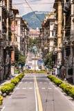Genua, Przez Roma ulicy Przy końcówką ulica kwadratowy piazza Corvetto i statua Vittorio Emanuele II zdjęcia royalty free